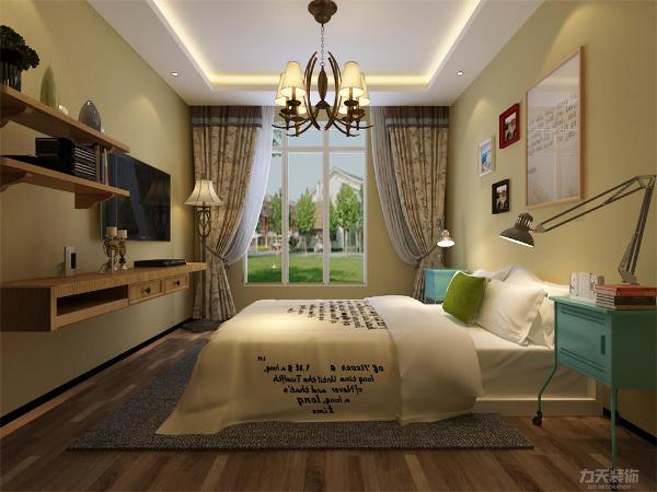 主卧的设计,采用石膏板回字形吊顶的造型方式,主色调采用了浅黄的乳胶漆,电视柜也采用了原始的木色,带来了原生态的自然质感,使空间更加温馨、舒适。