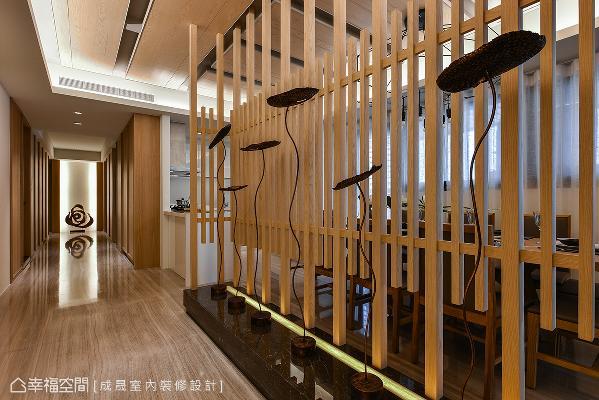 此面造景是进门的第一个视角,目的为遮蔽餐厅场域,使其不外露,利用木条拼接打造穿透式造景墙,拥有遮挡效果外,也替阿曼式家居揭开序幕。