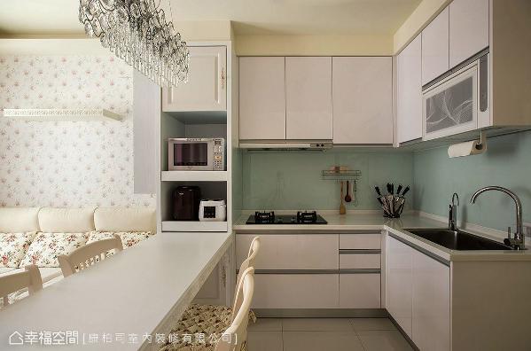 L型厨具结合中岛餐桌,顺势形成流畅的ㄇ字型动线,让女主人下厨时更加舒适