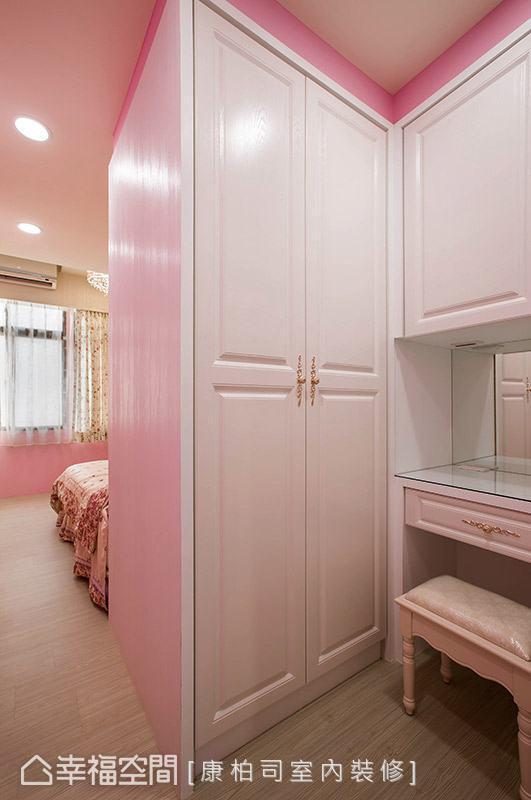 利用双面柜设计,创造出更衣空间,让卧室机能更加完整。