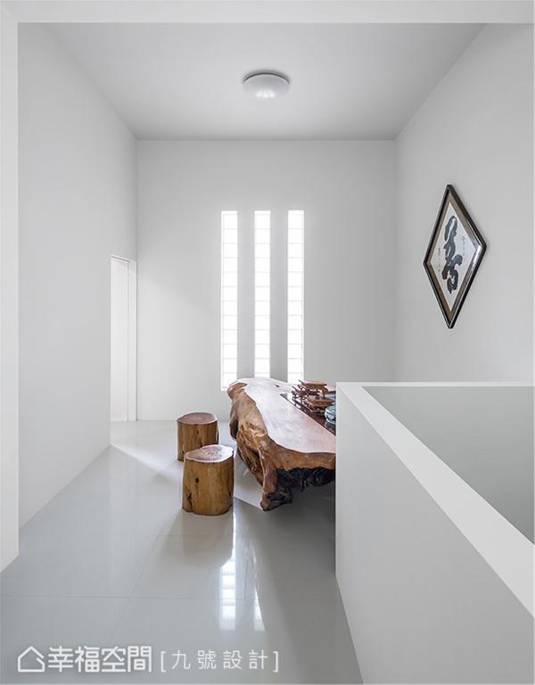 穿透玻璃砖的暖阳洒落原木桌椅,无多余矫饰语言,构筑一片祥和静心之感。