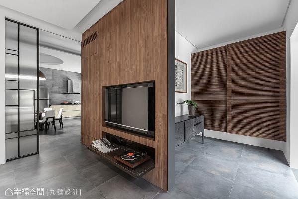 辅搭铁件构筑的木作电视墙形塑出流畅地行进动线,也顺势界定空间段落。