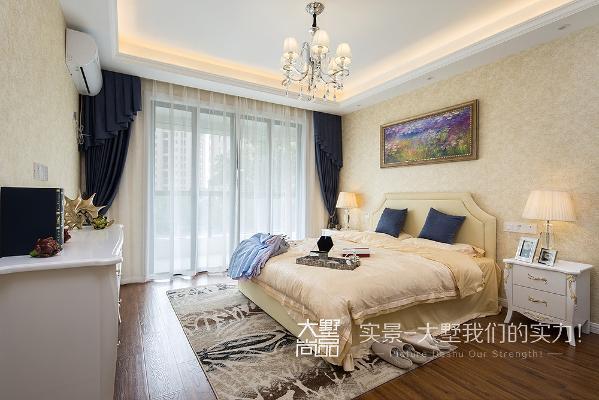 卧室是很重要的休息场所,在设计中以和谐淡雅的色彩为主,采用素雅柔和的欧式壁纸,简洁的家具,使得空间更加的惬意和浪漫,给人不尽的舒适感,塑造真正安静的休息空间。