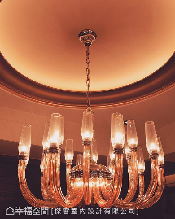 挑选一盏水晶玻璃吊灯作为主灯,藉由散发出的光线和晶亮质材,增添空间华丽度。