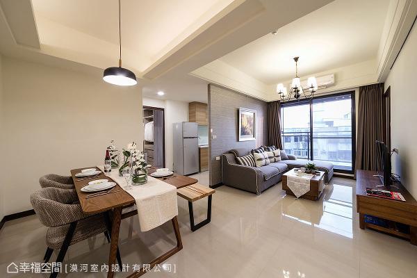 厨房位于客厅后方,以沙发背墙作为场域界定,串联起客厅、餐厅三方动线。