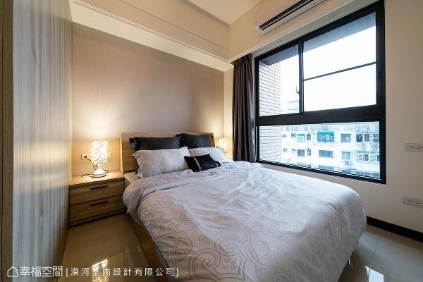 床头背墙使用中性灰色造型,呼应整体设计手法,也带来利落简约的感受。