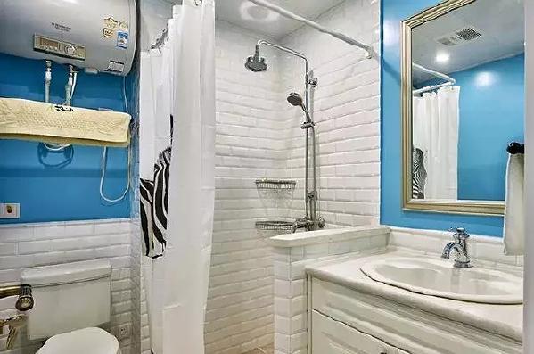 经典的白色文化石墙和海蓝色的搭配赏心悦目,简单的浴帘一样做到了干湿分离。