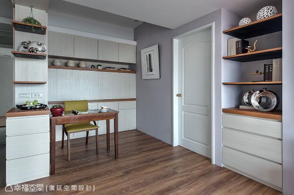 书桌可兼作餐桌使用,后方柜体隐藏电器柜,让书房变身成餐厅,打造出多功能的空间。