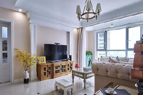 客厅作为待客区域,一般要求简洁明快,同时装修较其它空间要更明快光鲜,美式风格客厅,通常使用大量的亮光面家具和木饰面装饰,有些会使用石材。