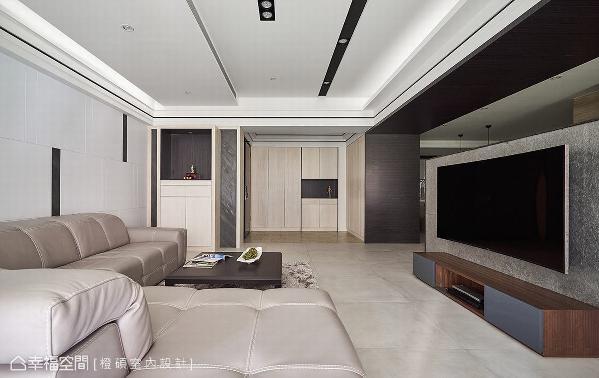 玄关鞋柜以木皮染白贴饰,替空间挹注温暖质地;订制的神明桌亦延续相同手法,完美融入整体空间调性。