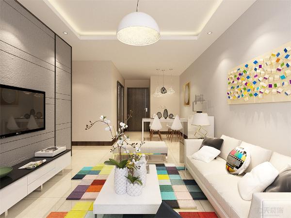 沙发采用的是乳白色的布艺沙发,彩色的地毯,与墙面上挂的彩色的装饰品相互辉映着。