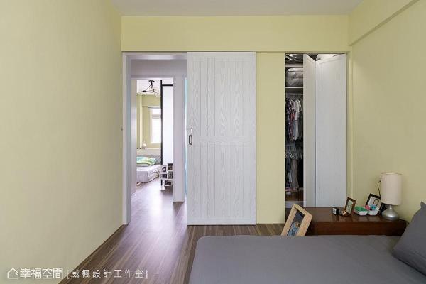 利用畸零地为屋主规划衣橱空间,并设计折门增添场域活泼度。