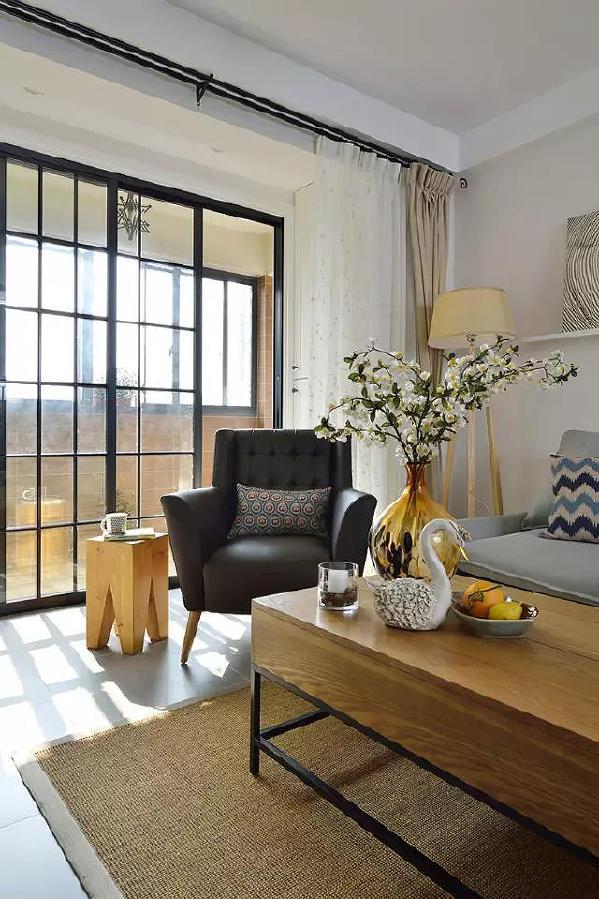 黑色皮质沙发和布艺沙发材质对比 让简单空间呈现不同材质层次 丰富空间