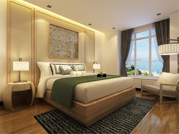 主卧室的空间比较宽敞而且采光相对较好,顶部的现代吊顶起到一定的修饰作用