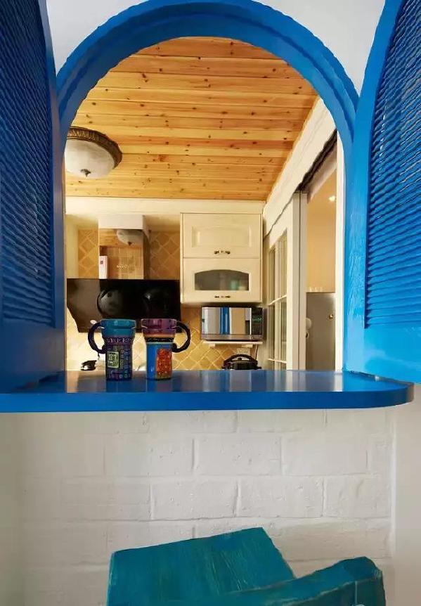 ▲厨房设计了一个小吧台,用一扇小拱门打通厨房和休闲区。