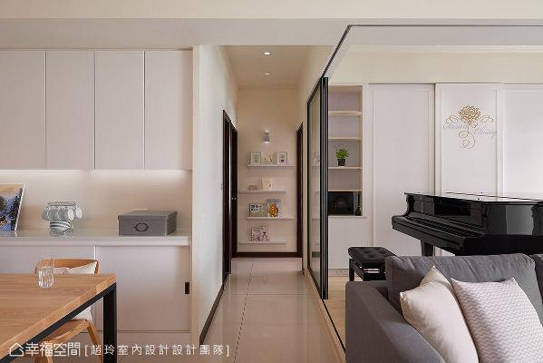 特别以男女主人的英文名字订制Logo,贴饰在钢琴室的柜体门片上,让悠扬琴音伴随一抹甜蜜与浪漫。