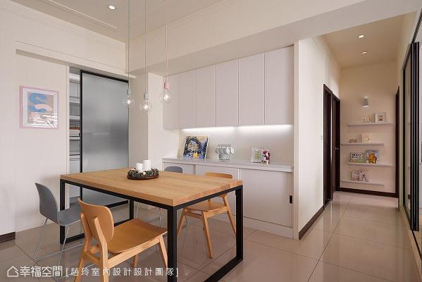 考虑原先厨房过道过窄,赵玲室内设计拆除原始墙面,改以托拉门设计为界定,让餐厨区动线更加流畅且舒适。