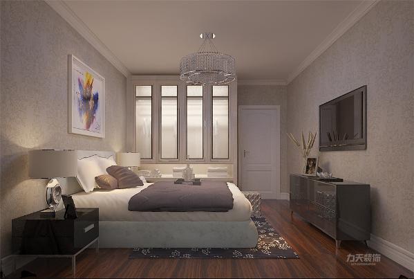 卧室的地板为深红色的实木复合地板,通铺墙纸