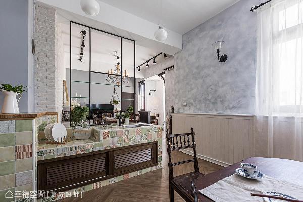 拆除部分原始实墙隔间,保留泥作流理台,透过马赛克拼贴花砖,呈现以新仿旧设计手法。