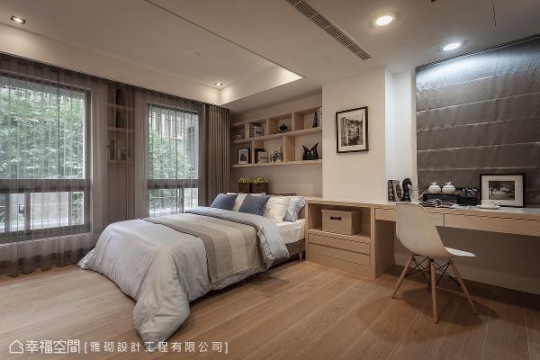 透过空间的整合,将床头、床头柜与书桌的机能规整,并利用上方梁柱巧妙区分睡眠区与阅读区。