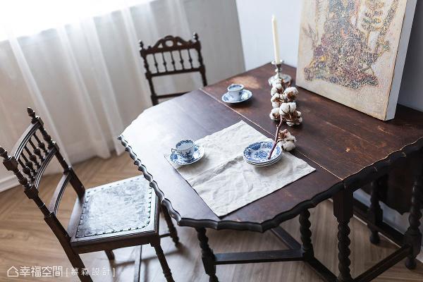 慕森设计团队结合屋主收藏的法式餐桌椅及瓷器,让空间呈现出经历史淬炼留下的痕迹,用餐时别有一番怀旧氛围。