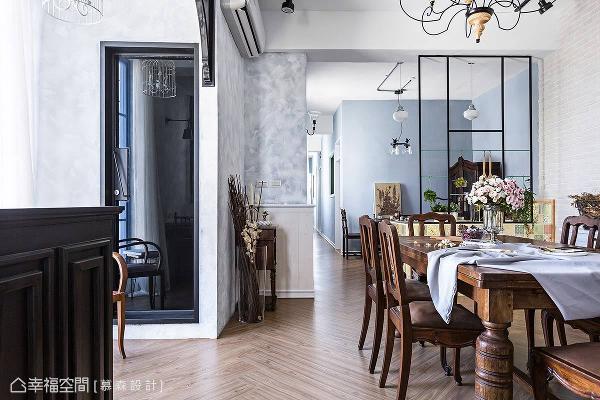 以木作和线板元素打造柜台和半腰壁板,形成时尚简约的黑白配色;灰蓝色壁面经打磨后带来斑驳效果,制造出南法乡村风的复古仿旧感。