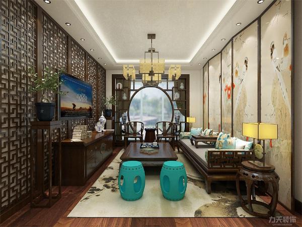 沙发背景墙放了屏风样式的屏风画,沙发中间放了一张小桌子方便饮茶,客厅沙发左侧放了两个彩蓝色圆凳,凸显了客厅的色彩。客厅吊灯采用最普遍的回形灯池。