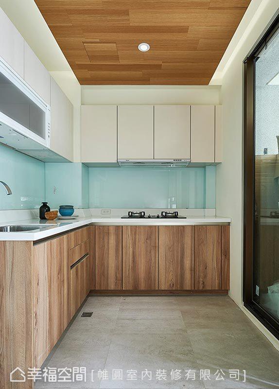 利用系统柜与烤漆玻璃方便整理、收纳的特性,替空间做规划,地坪则是利用贴砖做场域区隔。
