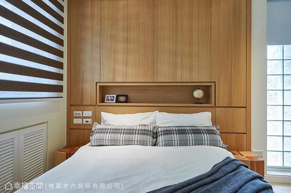 木质柜体为卧室营造温馨、舒适气氛,并腾出柜体中段做展示空间,以减轻压迫感。