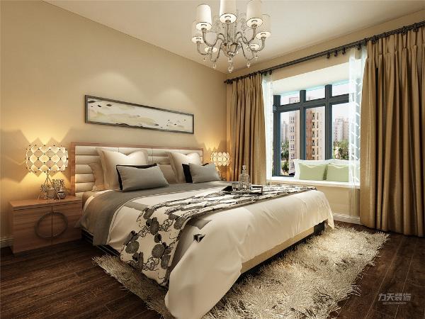 卧室无吊顶,墙面淡黄色乳胶漆,地面是深色地板,卧室飘窗台是大理石,可以安置一些抱枕
