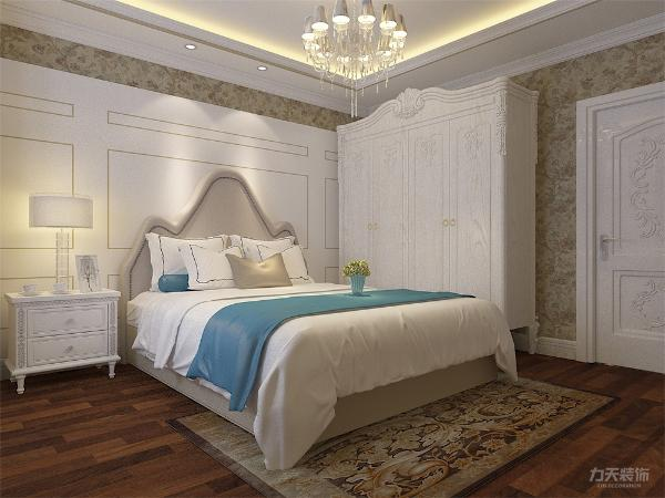 主卧采用木质地板和带有图案的床罩、地毯等,床头背景墙采用软包造型来装饰,体现华丽的风格
