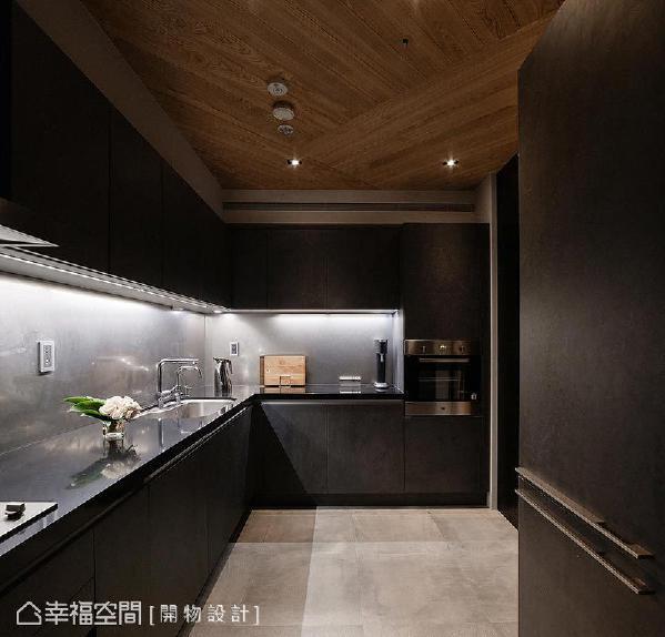 利用系统柜替厨房做收纳规划,并于柜体下方嵌入灯光,营造浪漫、低调的情怀。