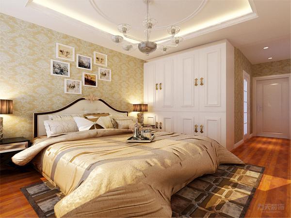 主卧通铺深色木地板,使空间显得更沉稳,床头背景墙的壁纸衬托出了温暖的床。电视背景墙铺 以暖色壁纸给人安逸的感觉,吊顶采用回字形吊顶加石膏线层次分明。