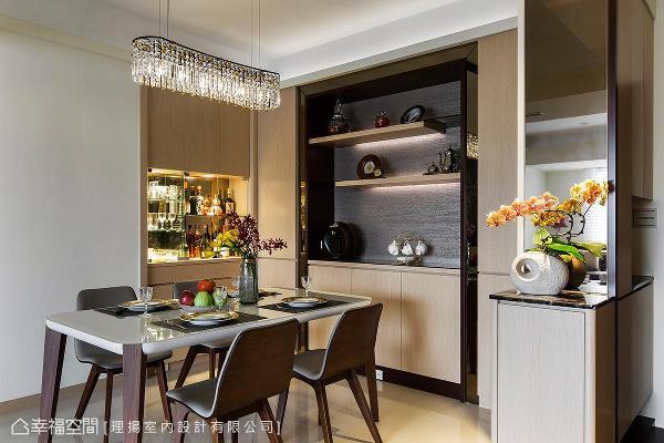 利用餐厅与主卫浴间的角落,替屋主规划珍藏红酒的展示柜体。