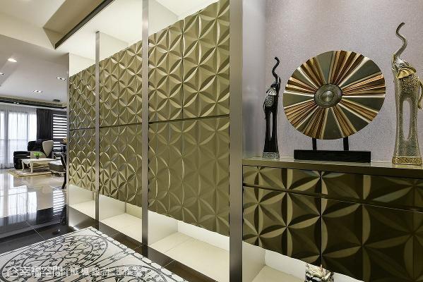鞋柜搭配金属漆面的立体装饰门板,在灯光照映之下,展现低调奢华的风格美学。