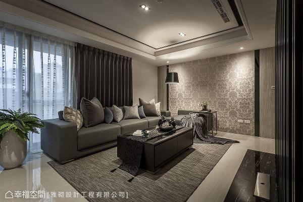 在现代感的框架中,于客厅主墙铺设具有古典语汇的图腾壁纸,成功围塑「现代新新古典」的崭新姿态。