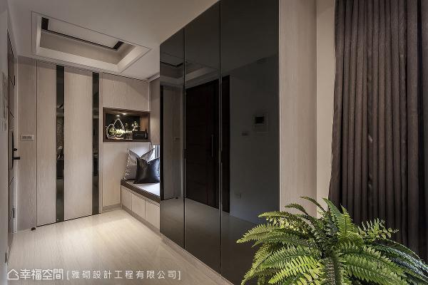 入玄关区,温暖的阳光从窗外洒入,洗涤返家后的心情,卧榻区与左侧的储物间,更是为屋主规划的人性设计。