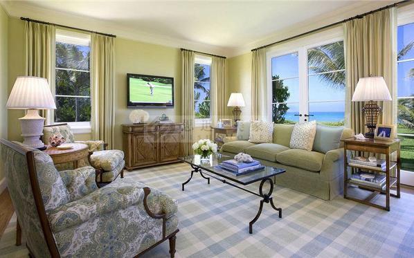 本案一种清新,明快,温暖的感觉。标准的美式田园的风格。客厅简洁明快,光鲜,色彩明亮。