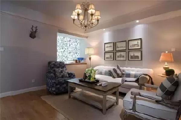 客厅只有一个小窗,采光不算是理想,所以除了吊灯,也增加了台灯和落地灯作为辅助光源。
