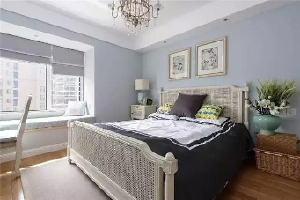 ▲ 卧室的家具选择木头或是藤草的材质,在浪漫的蓝色中融入自然的气息。