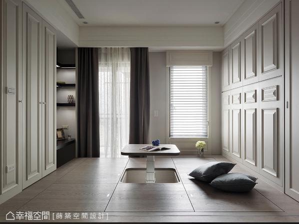 莳筑空间设计将地坪架高,创造隐藏式收纳空间,也带来可随兴坐卧的平台。