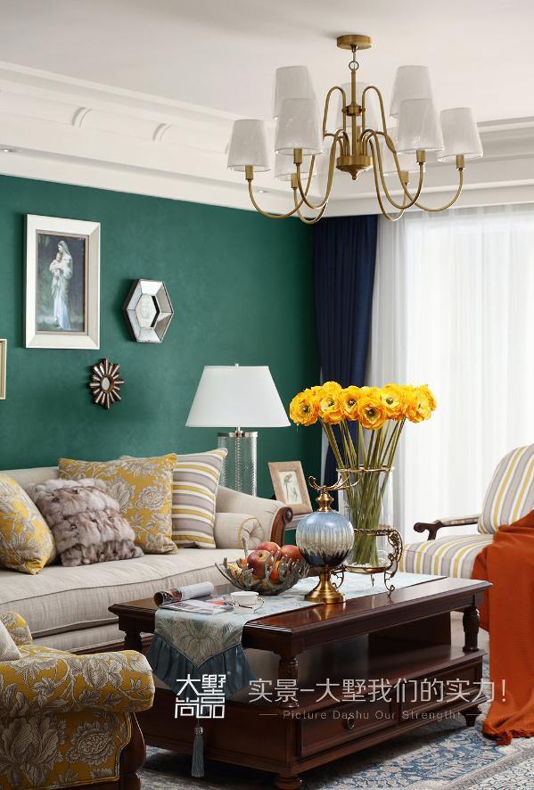 延续绿色的张力,将自然元素融入美式风潮中,精致雕花实木搭配布艺美式家具,空间中辅以镜面材质的装饰挂画作点缀,在灯光氛围的烘托下,营造一种安静,大气,优雅的居住空间。