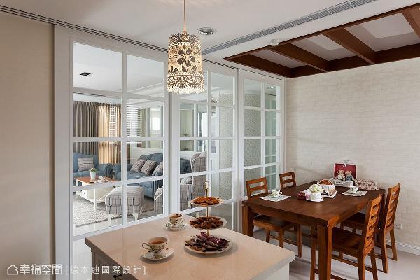 以格窗玻璃拉门作为场域界定,让客厅与餐厨区保有高度空间弹性,即使将门片全数拉起,视线与光线亦可流动无阻。