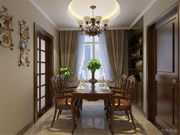 餐厅因面积较小,所以酒柜做的是嵌入式的,餐桌的选择为四人餐桌,墙上挂有装饰盘,吊顶的设计为圆形带有灯带