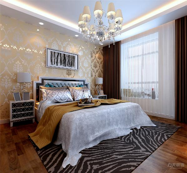 主卧的设计上,床头采用了黄色欧式壁纸,再搭配简单的欧式床品,简欧的温馨浪漫立刻显现出来。