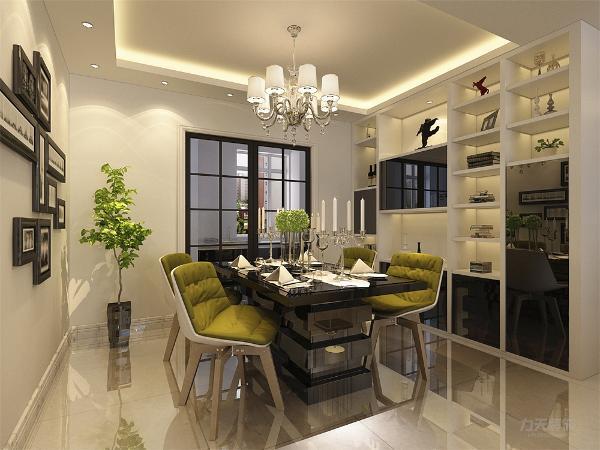 餐厅地面顶面和客厅统一,家具选择上黑桌,白椅,座椅用绿色坐垫进行点缀,餐桌旁设置装饰和储物为一体的餐边柜,黑的门板,白色置物板。