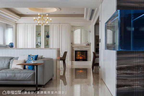 客厅往餐厅之间的廊道尽头,利用电子壁炉与窗户造型,形塑一面端景墙。