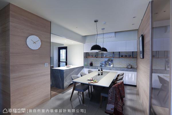 拆除厨房原有隔间墙后,形成餐厨合一的配置设计;中岛使用美耐板呈现石材纹理,顺势延续到餐柜台面,使空间具有整体性。