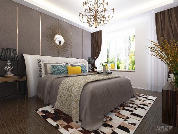 主卧室背景墙用挂硬包做装饰,灰色、褐色、黄色搭配的床整体体现温馨的感觉,柔和的色调,不会显得混乱。