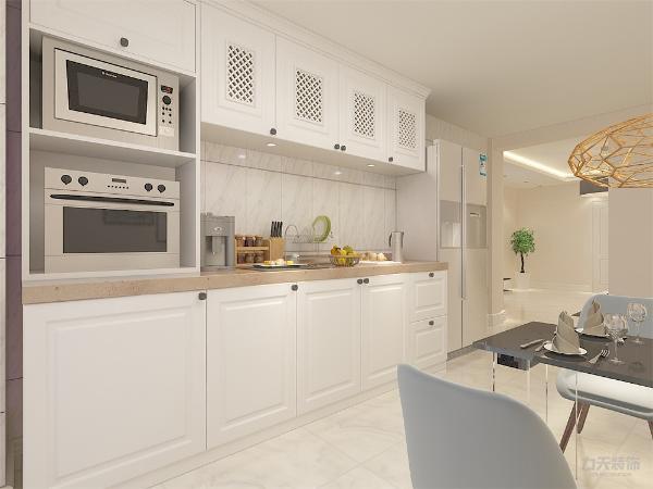 餐桌为黑色,餐椅为白色与金属相间,相互呼应。餐桌依靠的墙体悬挂照片,色调也与整体一致。客厅空间吊顶采用石膏板回字形吊顶造型